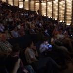 Das Publikum lauscht gespannt