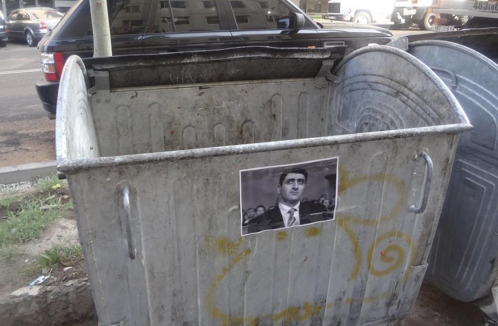 Foto des Ramil Səfərov auf einem Müllcontainer in Jerewan, Armenien. Foto: HovoYerevan, CC-BY-SA-2.0
