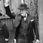 Winston Churchill zeigt das Victory-Zeichen. Public Domain.