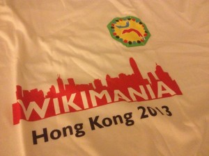 "Wikimania 2013 T-Shirt. Foto: Sebastian Wallroth, <a href=""https://creativecommons.org/licenses/by/3.0/"">CC-BY-3.0</a>"