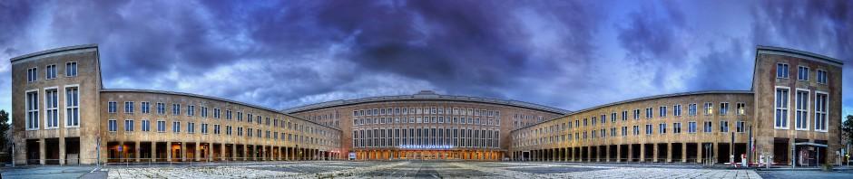 Flughafen Tempelhof Parkplatz und Eingang zum Terminal. 300°-Foto: Ajan Hannemann, CC-BY-SA-3.0 via Wikimedia Commons