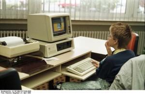 Jugend-Computerschule mit IBM-PC. Bundesarchiv, B 145 Bild-F077948-0006 / Engelbert Reineke / CC-BY-SA