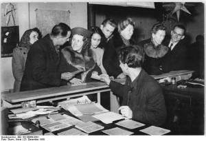 Ausgabe von Lebensmittelkarten in Berlin 1950. Bundesarchiv, Bild 183-09069-0001 / CC-BY-SA