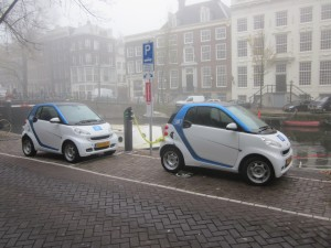 Car2Go Eletrofahrzeuge in Amsterdam. Foto: Brbbl, CC-BY-SA-3.0 via Wikimedia Commons