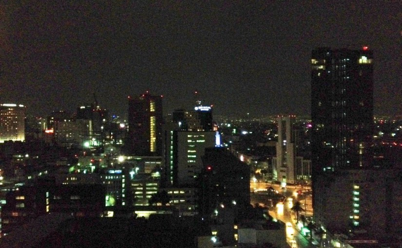Mexiko-Stadt bei Nacht aus dem 19. Stock des Hilton Mexiko Cit Reforma